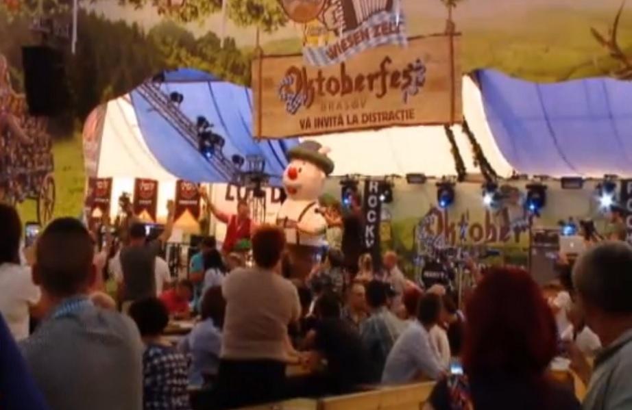 (P) Iubitorii de bere Ciucaş au făcut un lanţ uman la Oktoberfest