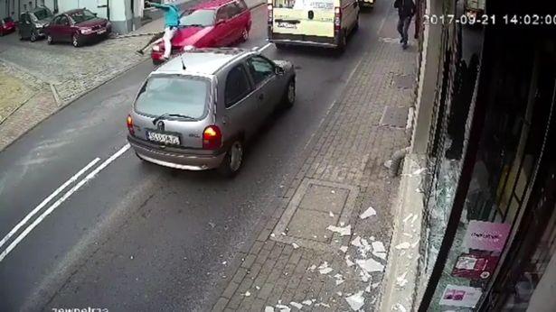 După ce a vandalizat un magazin, un bărbat a fost lovit de o mașină. VIDEO