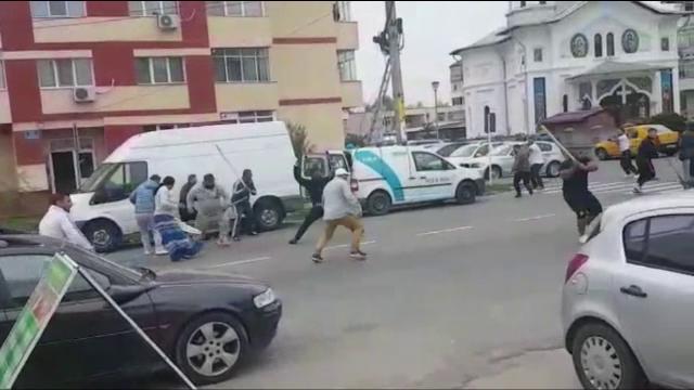 19 persoane reţinute şi 7 percheziţii după bătaia între clanuri de romi rivale, la Bascov