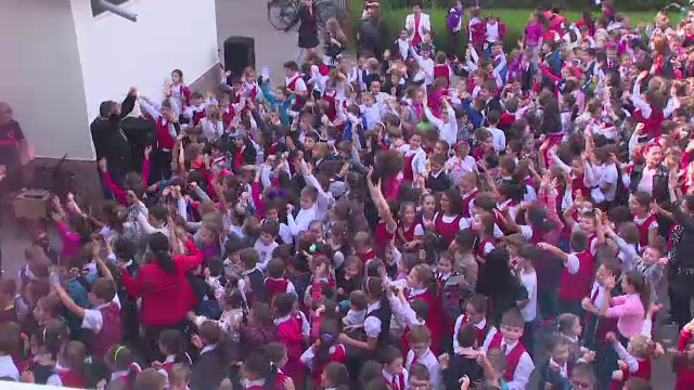 Sute de elevi din Galați au organizat un flashmob pentru a își ajuta un coleg