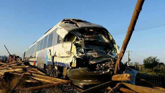 Un tren de călători a spulberat un camion, în Reghin