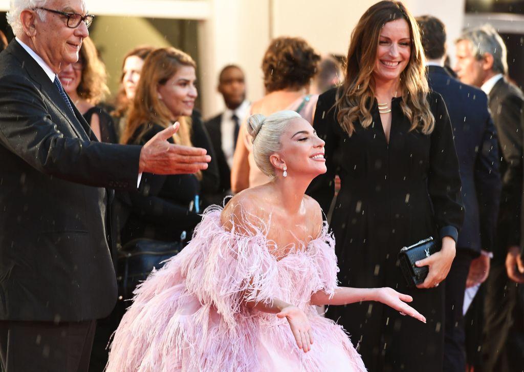 """Apariție de senzație a celebrei Lady Gaga la premiera filmului """"S-a născut o stea"""""""