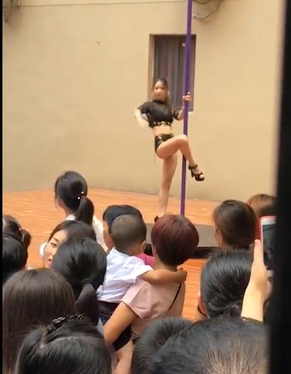 Deschidere de an școlar cu dansuri la bară, la o grădiniță. Reacția părinților. VIDEO