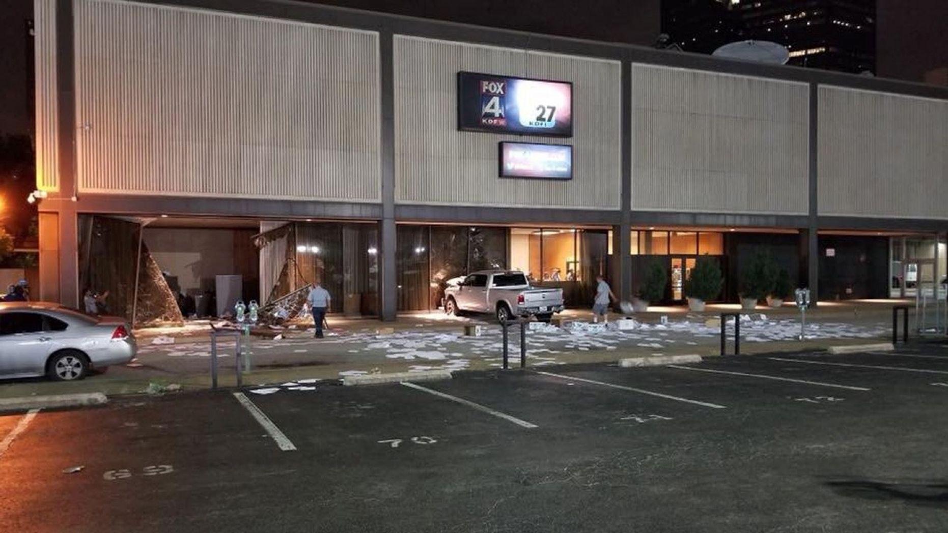 Un șofer a intrat cu camioneta în clădirea stației locale Fox News, în Dallas. FOTO