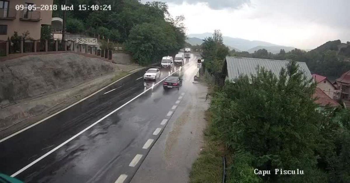 Momentul coliziunii frontale dintre două TIR-uri pe Valea Oltului. VIDEO