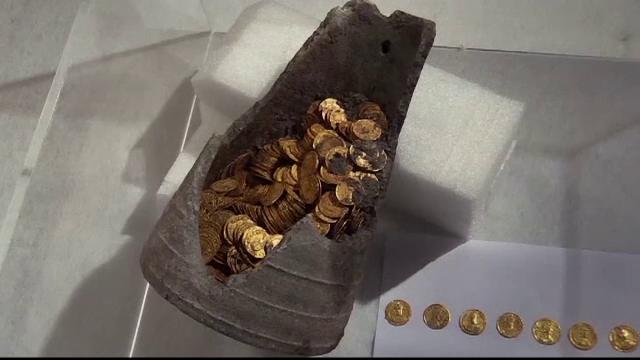 Tezaur descoperit la temelia unui bloc. Detaliul care i-a intrigat pe arheologi
