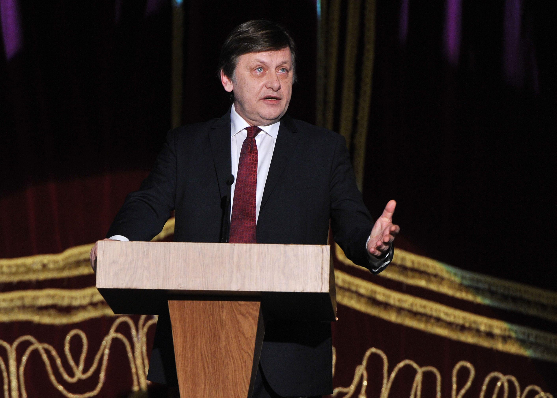 Crin Antonescu s-a înscris pe lista PNL pentru alegerile europarlamentare