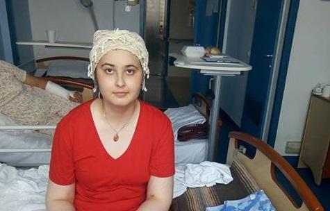 Apel pentru salvarea unei adolescente. Adela a fost diagnosticată cu tumoare pe creier