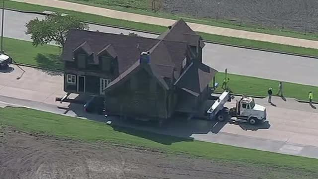 O casă a fost mutată cu totul, cu viteza melcului, pentru a fi salvată de la demolare