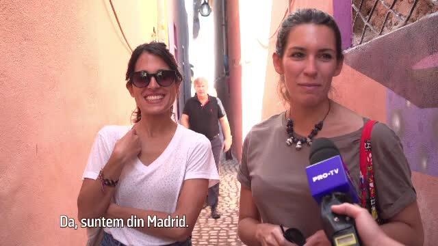 Reacţia unor turiste din Madrid când ajung pe Strada Sforii, cea mai îngustă din România