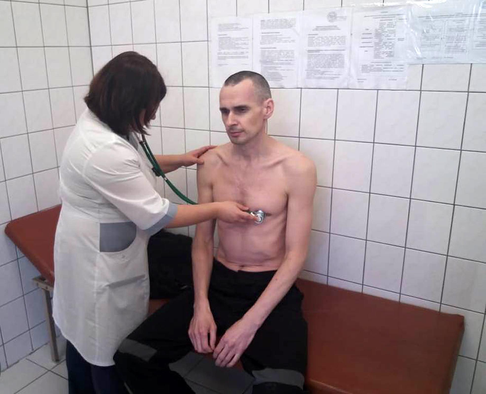 O fotografie a cineastului Senţov, aflat în greva foamei de 4 luni, publicată de autorităţile ruse