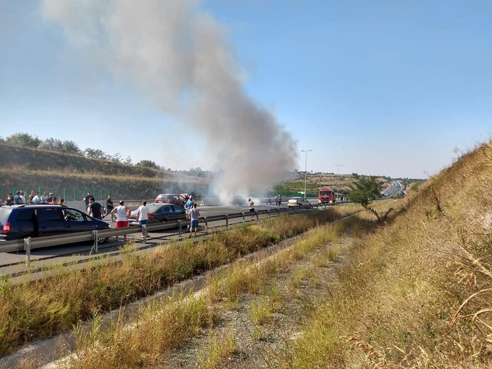 Doi tineri au sărit din mașina în flăcări, rămasă fără frâne, pe A1