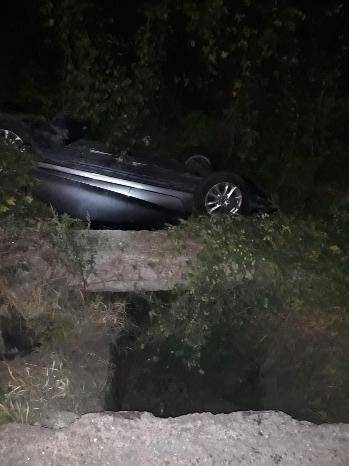O familie cu doi copii s-a răsturnat cu autoturismul într-un șanț, pe Valea Oltului