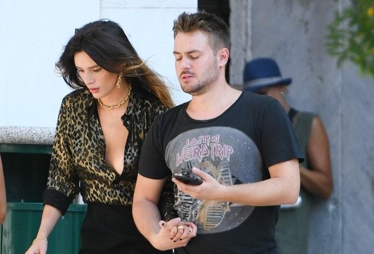 Bella Thorne, accident vestimentar cu o bluză mult prea decoltată. GALERIE FOTO