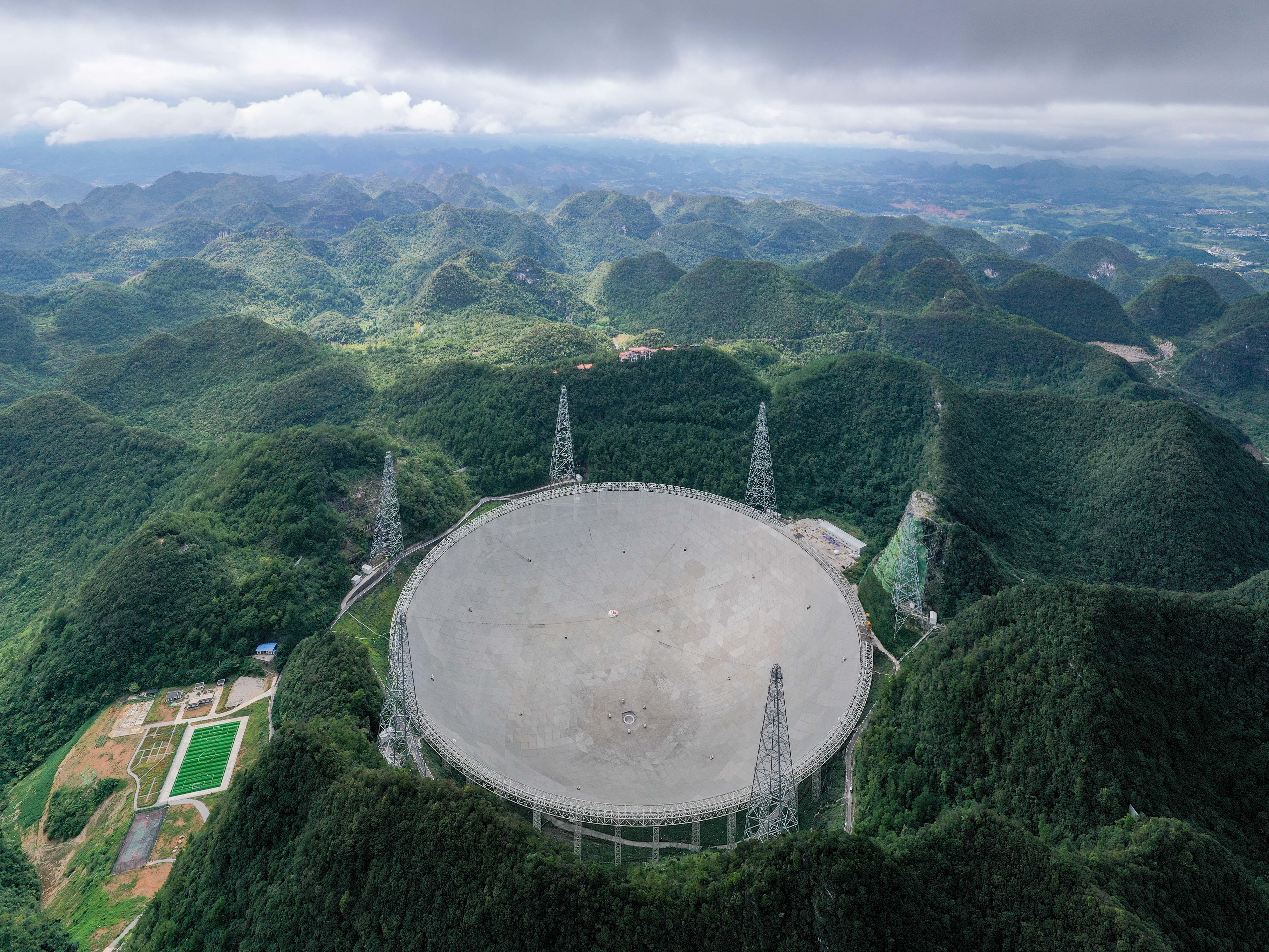 Unde radio misterioase din spațiu, captate cu cel mai puternic telescop din lume. De unde provin