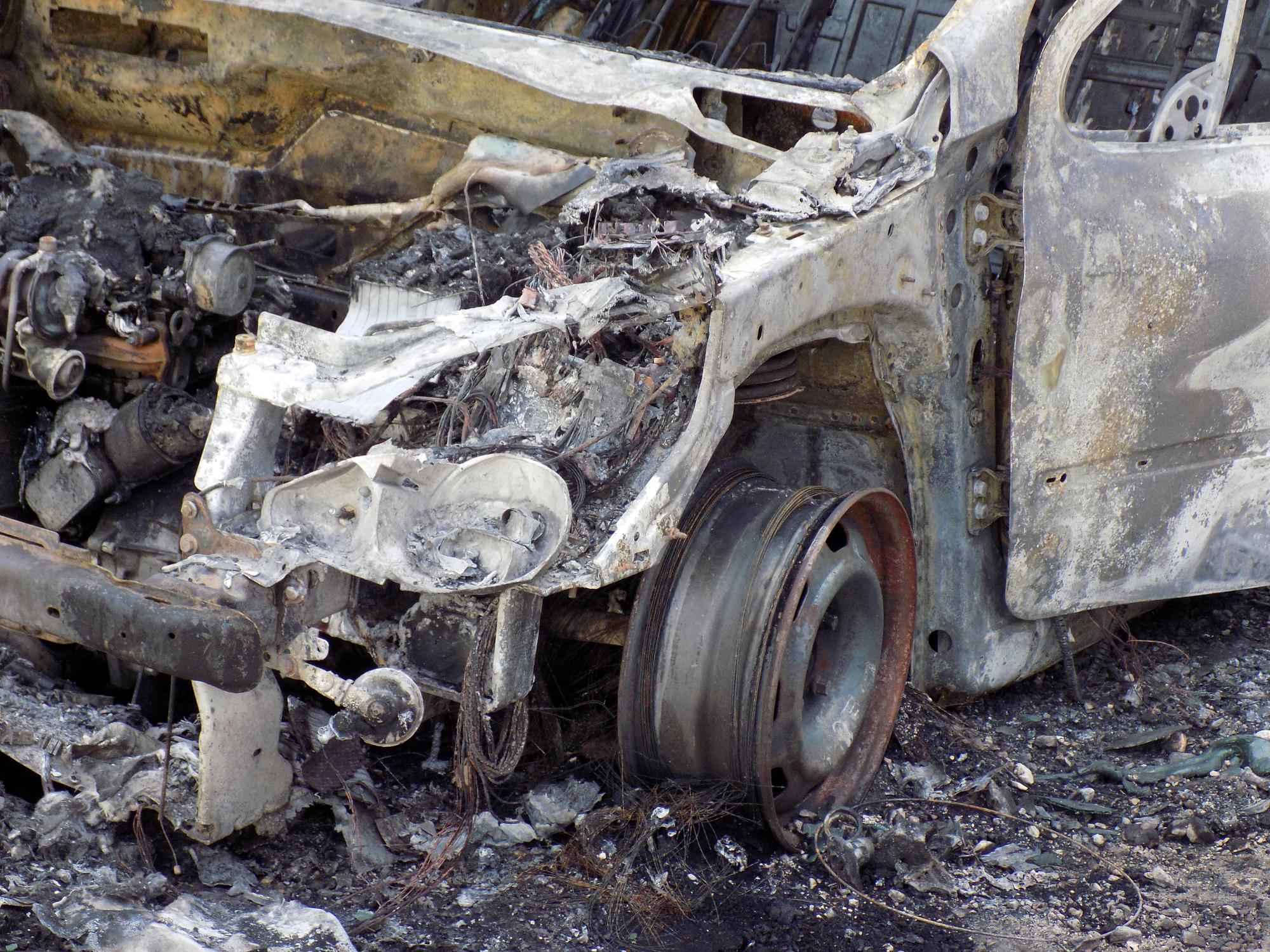 Bărbat ars pe 30% din suprafaţa corpului în încercarea de a stinge incendiul produs propriei maşini