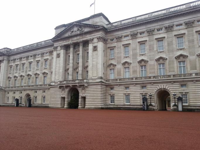 Secretele Palatului Buckingham dezvăluite de angajați. Regina are la dispoziție un bancomat