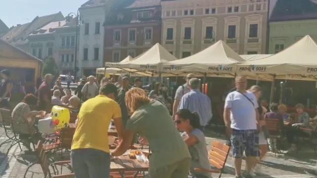 Alimente cu mucegai descoperite la un festival din Brașov. Amenda primită de patroni