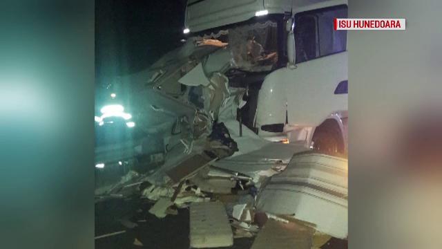 Tragedie pe autostrada Lugoj - Deva. Doi bărbați, loviți de TIR pe banda de urgență