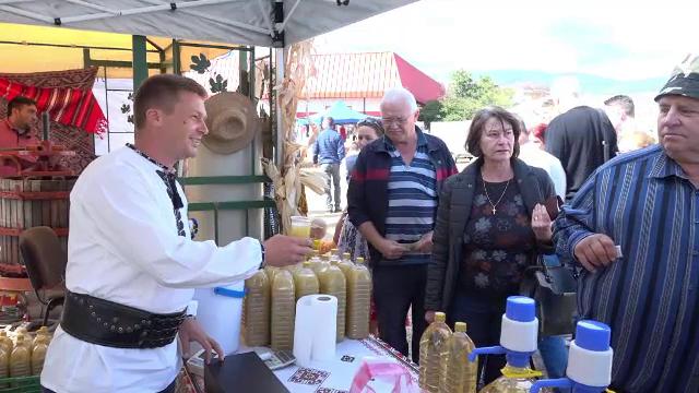 Struguri, must și produse de toamnă la un târg al producătorilor organizat în Alba Iulia