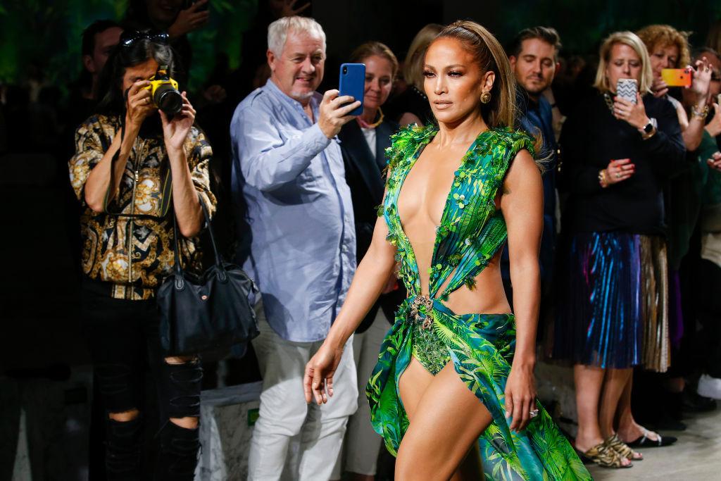 Jennifer Lopez, show incendiar pentru Versace. A defilat în rochia care a inspirat Google Images