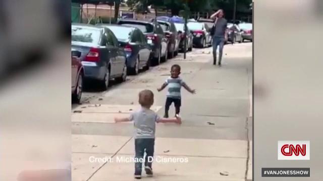 Clipul viral cu doi copii care au redat speranța în umanitate. VIDEO