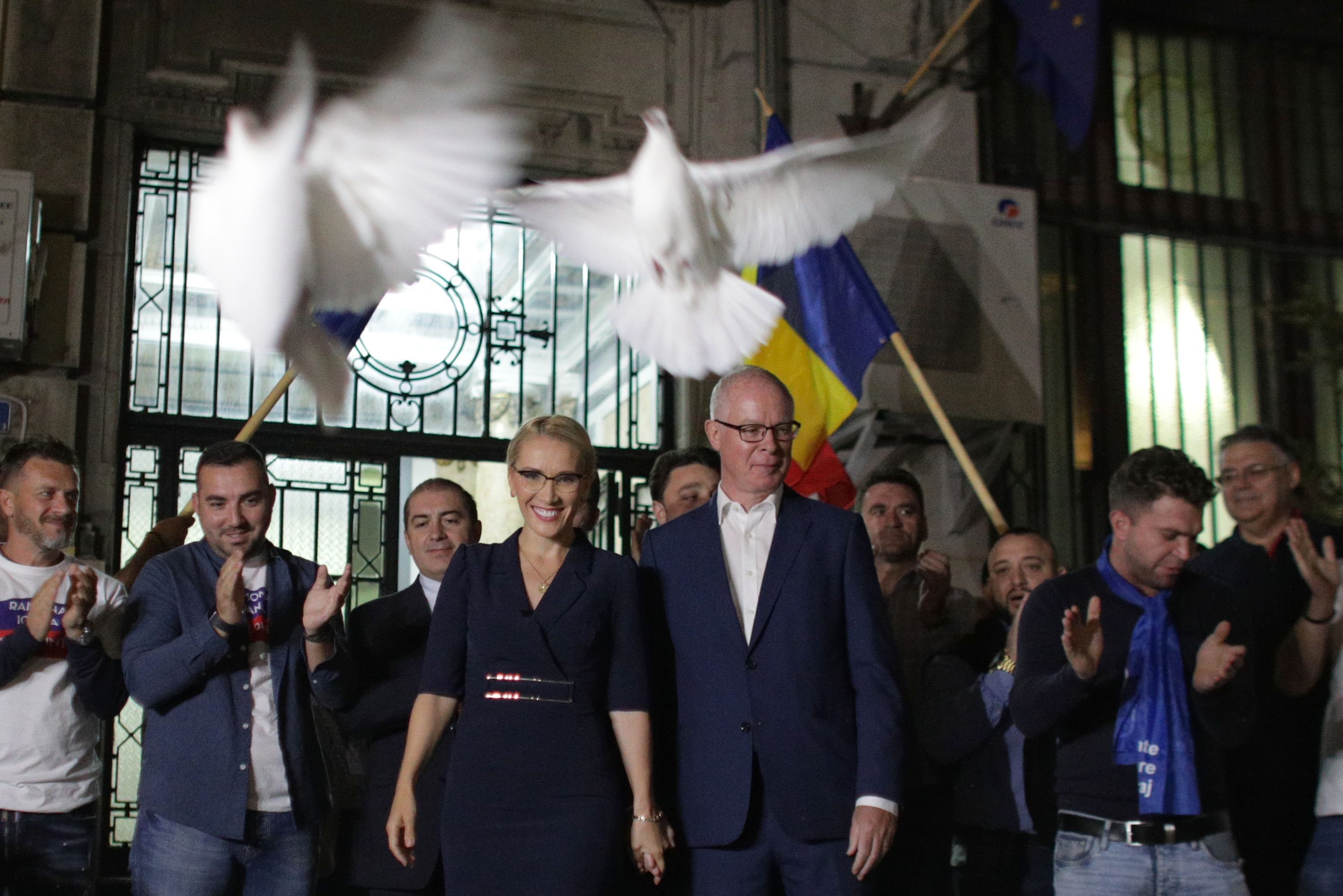 Ultimele candidaturi la preşedinţie, depuse duminică seară cu porumbei şi promisiuni de