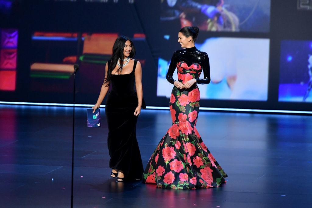 Surorile Kardashian, umilite la premiile Emmy. Momentul care a stârnit hohote de râs