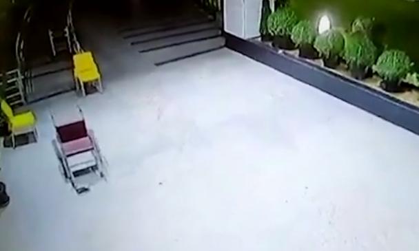 Panică într-un spital. Scaun cu rotile, filmat noaptea când se plimbă singur