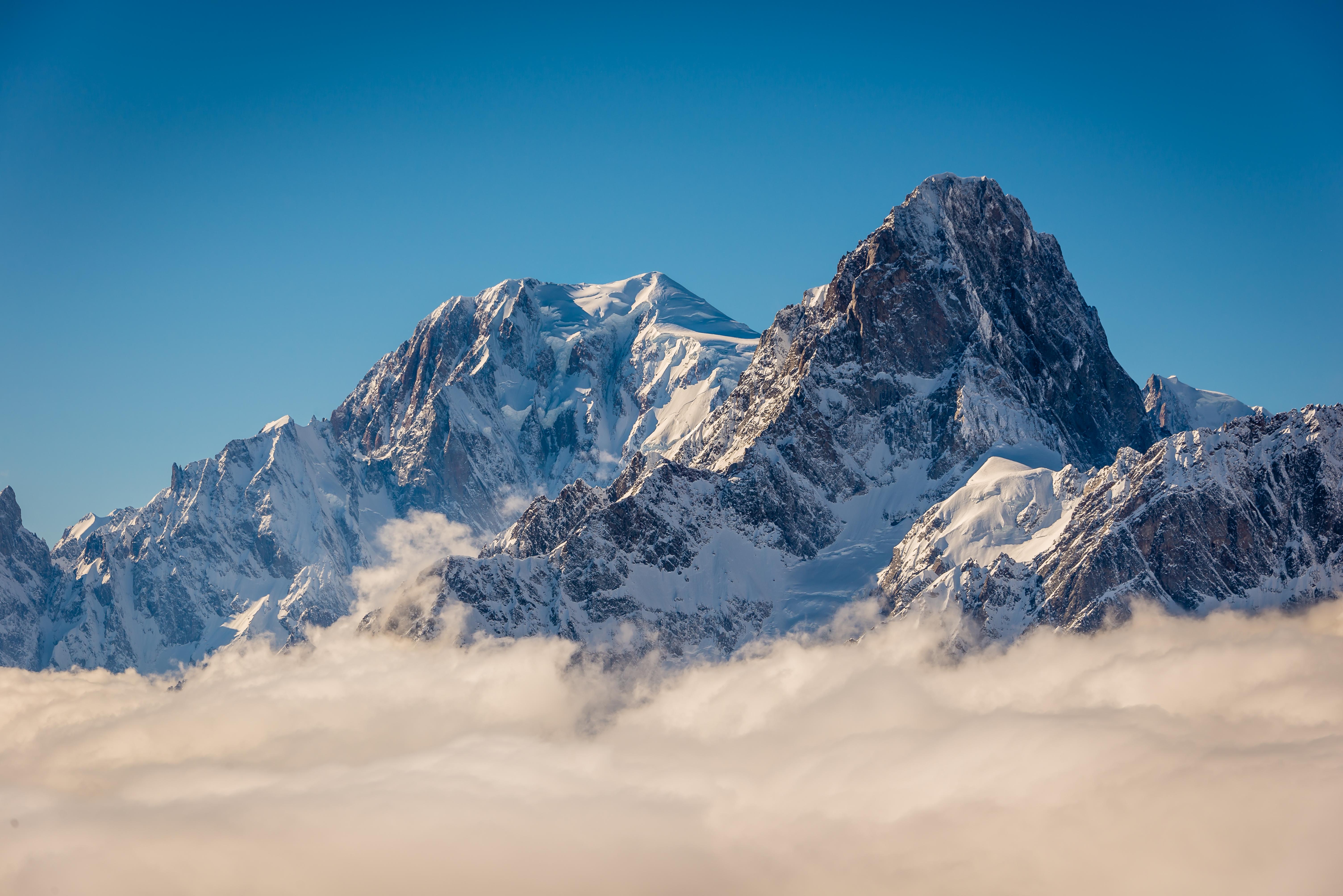 O bucată masivă dintr-un ghețar de pe Mont Blanc, în pericol de prăbușire
