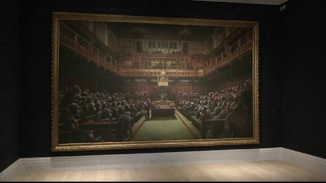 Cu cât ar putea fi vândută lucrarea lui Banksy cu cimpanzei în Parlamentul britanic