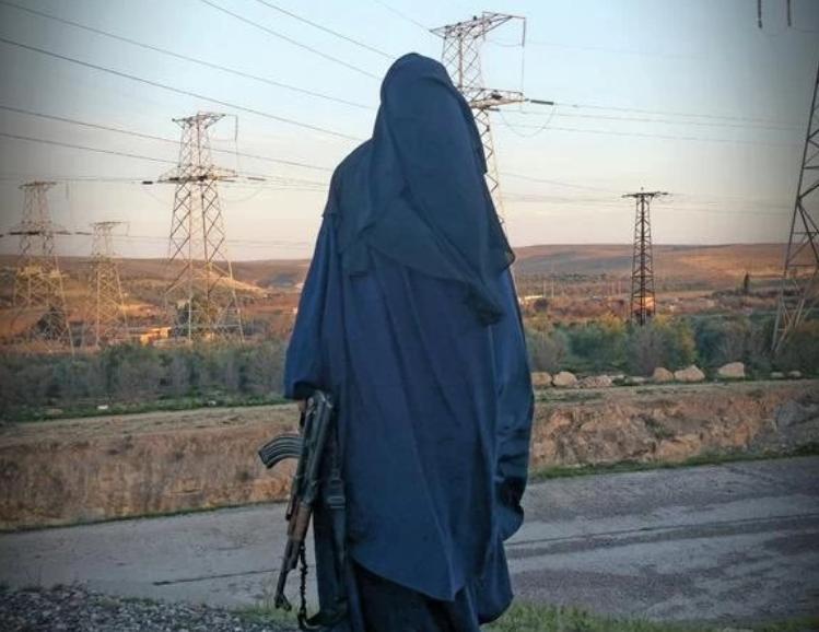 Femeia care a racolat-o pe Shamima Begum în Siria vrea să se întoarcă în Marea Britanie