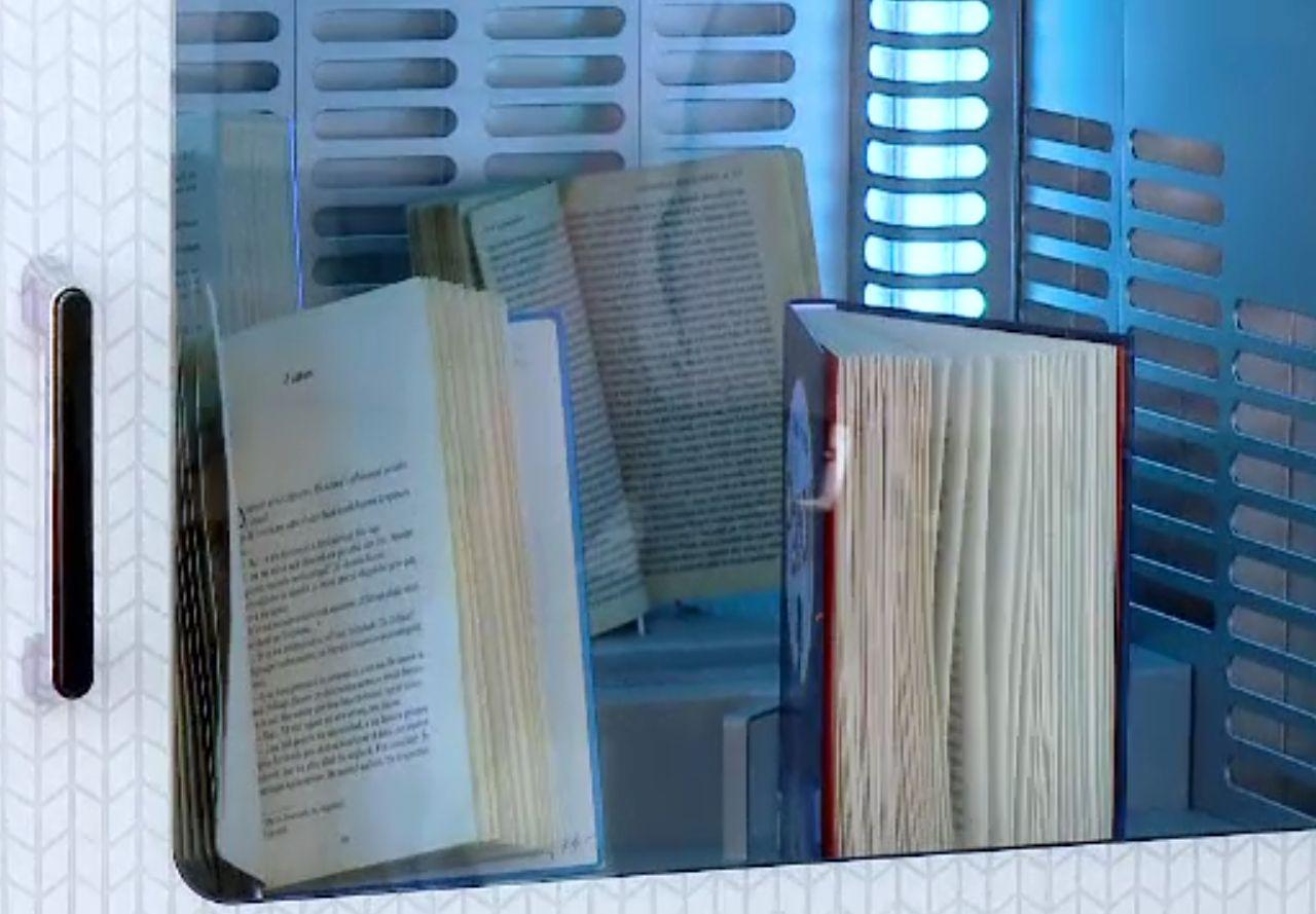 La o bibliotecă din Statele Unite cititorii pot lua cărțile rezervate de la o fereastră drive-in
