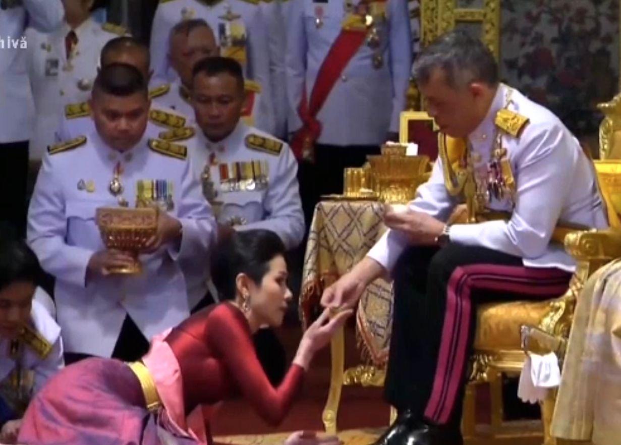 Regele Thailandei a redat titlurile oficiale concubinei sale, la un an de la anulare