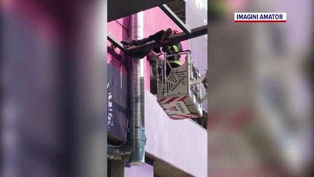 Un pakistanez s-a rătăcit într-un mall din Arad, apoi a rămas agățat de o grindă