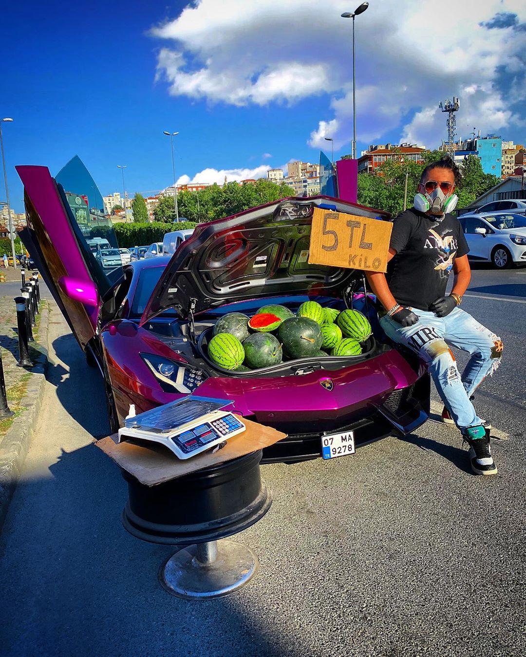 Surpriza de care a avut parte un bărbat după ce a vândut pepeni dintr-un Lamborghini