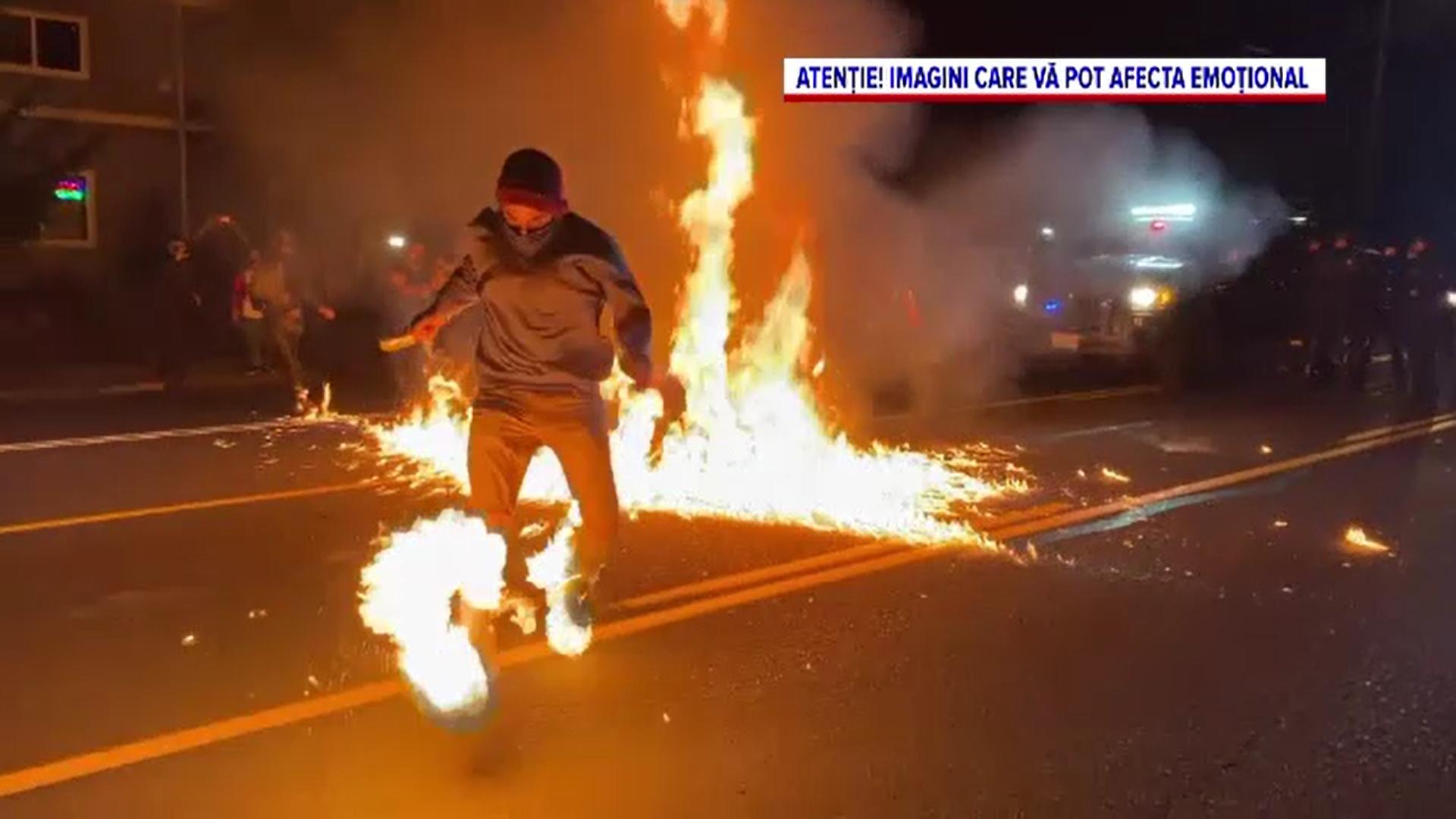 Proteste violente în Portland. Un manifestant a fost incendiat
