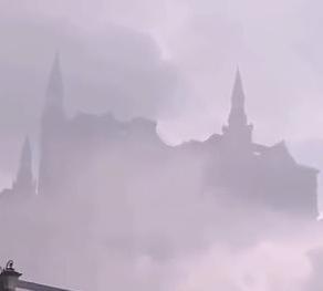 Fenomen neobișnuit pe cerul Chinei. Oamenii au văzut castelul Hogwarts din Harry Potter cum plutește deasupra clădirilor