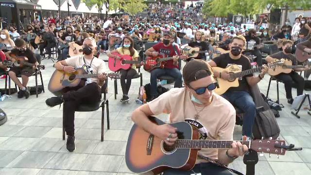 Peste 300 de chitariști au cântat la unison, în Sibiu, cele mai iubite melodii folk și rock