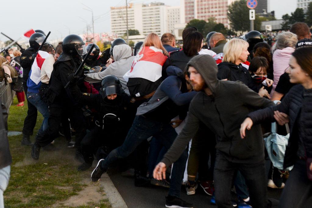 Poliţia din Belarus amenință că va începe să tragă în protestatari