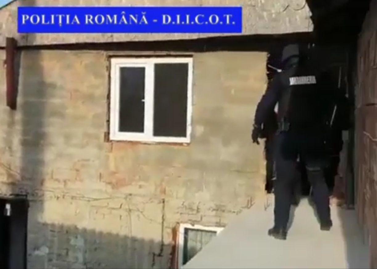 Vindeau drogurile chiar în poarta casei, la Iași. Soții au fost prinși în flagrant delict de polițiști