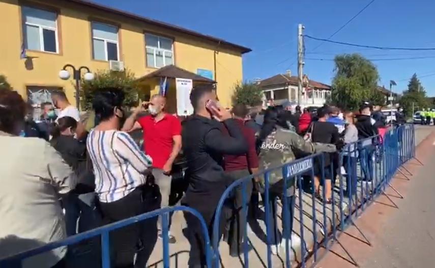 Alegeri locale 2020. Coadă de zeci de metri în Tunari. Oamenii așteaptă și trei ore să voteze