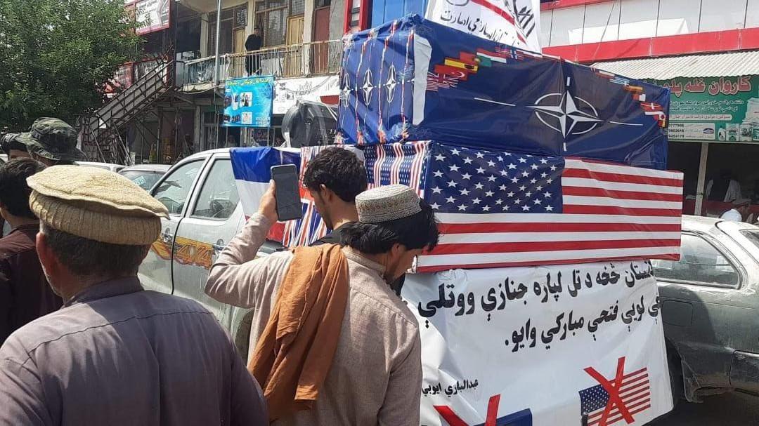 FOTO. Talibanii au organizat o înmormântare pentru forțele americane și NATO, după retragerea din Afganistan