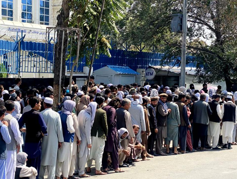 Talibanii au impus limita de retragere de la bănci de 200 de dolari pe săptămână. Oamenii se așteaptă la colaps economic