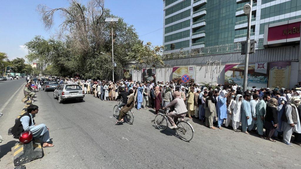 Haos economic în Afganistan. Cozi kilometrice în fața băncilor, în timp ce talibanii trag focuri de avertisment