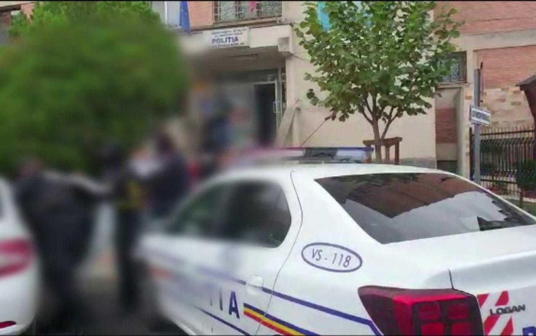 Polițist din Vaslui, bătut cu poșetele de două femei. A fost trântit pe jos și s-a ales cu hainele rupte