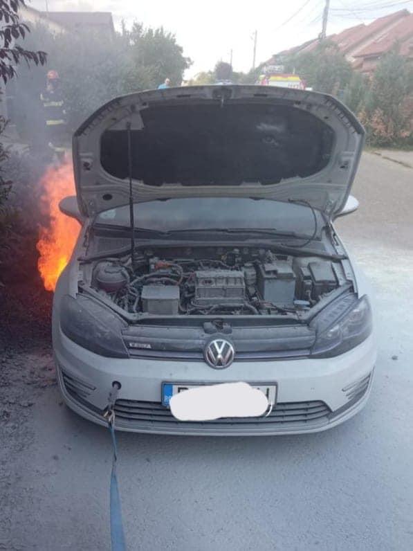Premieră: Modul inedit în care au stins pompierii din Timiș un incendiu izbucnit o mașină electrică. VIDEO