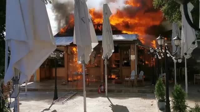 Incendiu puternic în Mamaia. Trei terase au fost distruse de un incendiu. VIDEO