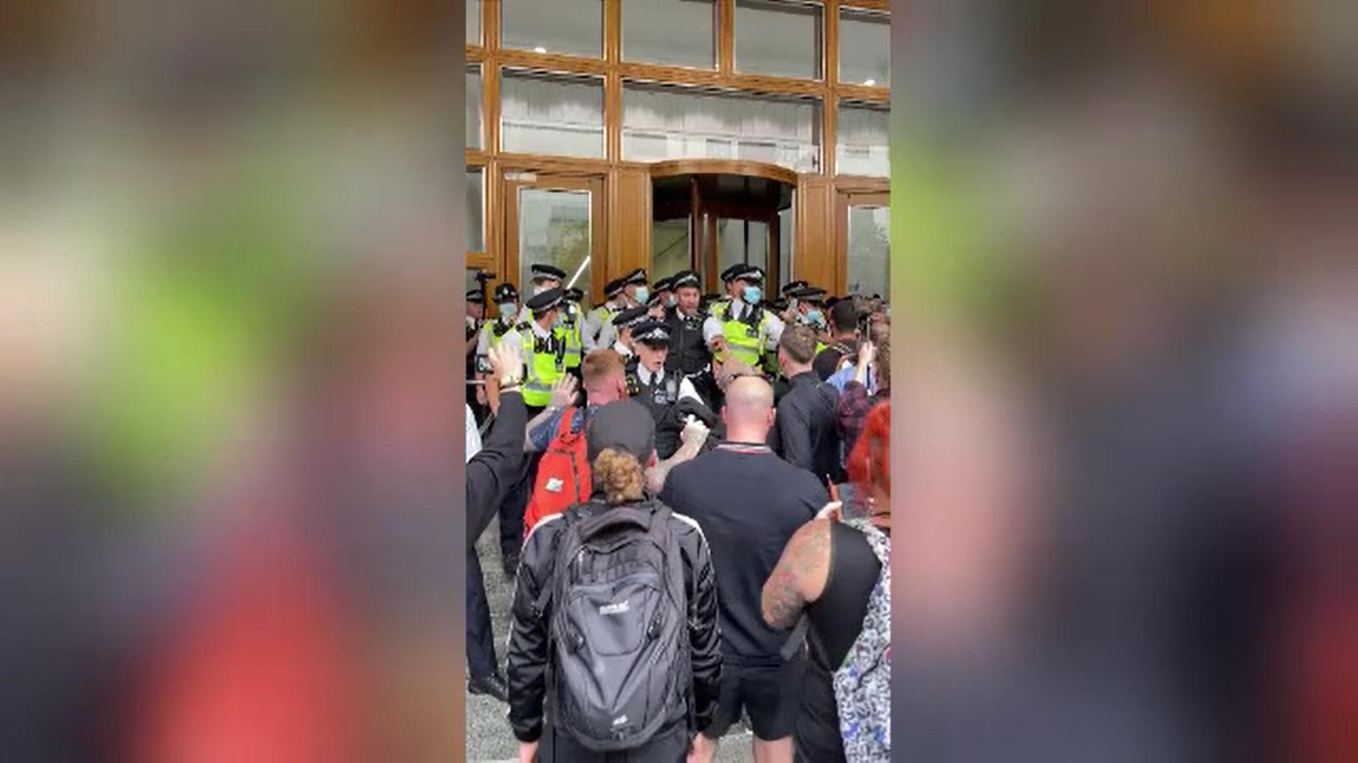 Mai mulţi poliţişti, răniţi într-o ciocnire violentă cu manifestanţii antivaccinişti, la Londra