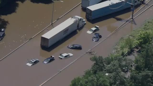 Inundații catastrofale în SUA după furtuna Ida. Cel puțin 58 de oameni au murit, unii înecați în mașini sau apartamente